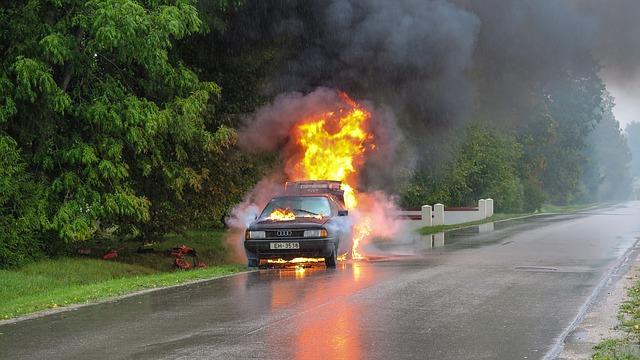 automobil v plamenech