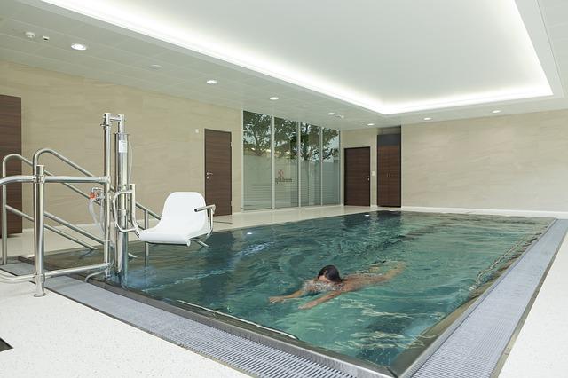Plavec v krytém bazénu