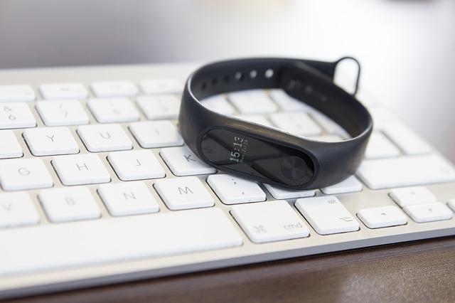 Xiaomi Mi Band 2 na klávesnici Apple.jpg